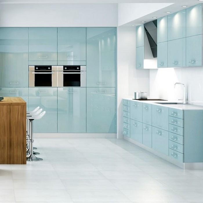 kücheneinrichtung schönes design glänzende ideen zum ausstatten der modernen küche helle farben weiß blaue küche