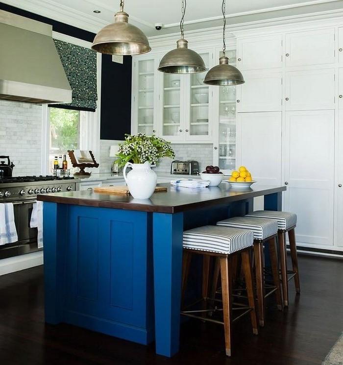 küchen ideen in blau blaue kochinslel in der küche moderner landhausstil kreatives lampendesign