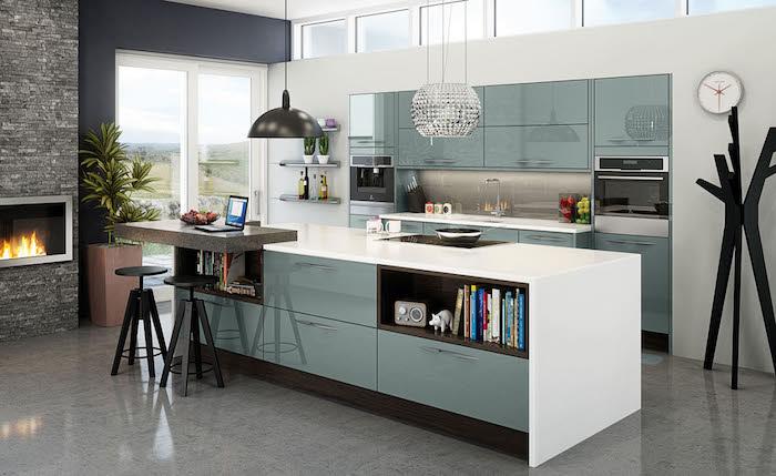 küchengestaltung inspirierendes design kaminofen in der küche blaue möbel und dunkle dekorationen bücherregal in der küche