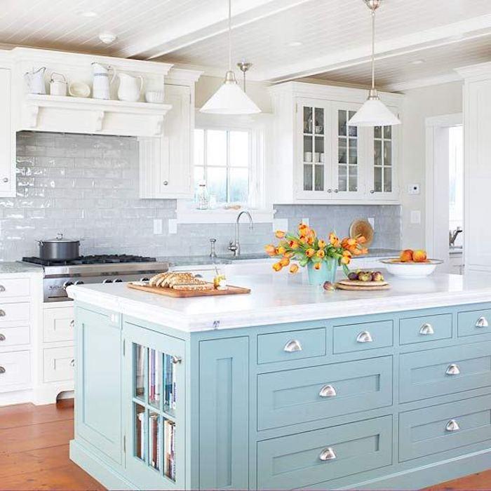 küchengestaltung ideen helle farben in der küche schönes design kücheneinrichtung frische blumen frühstück in der küche