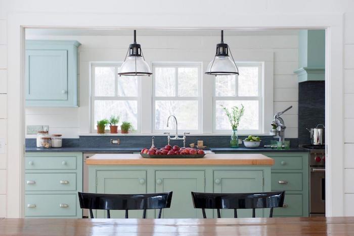 küchengestaltung ideen himmelsblau und mintgrün kombinieren deko frisches essen in der küche gemütliche küchen anmosphäre