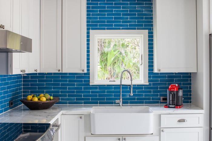 küchengestaltung ideen blaue wände in der küche weiße schränke weiße möbel küche fenster oder wandbild