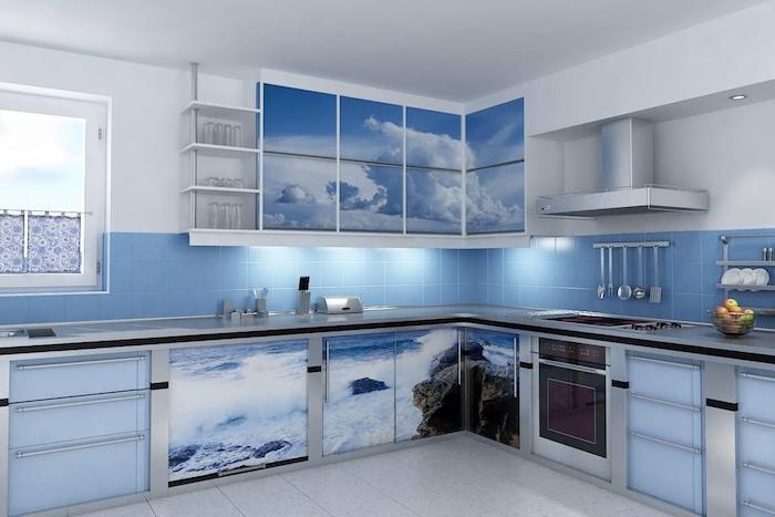 schöne küchen in blau blaue farbe und dessins mit dem meer meeresambiente deko auf den schränken in der küche wolken wellen blaues zuhause
