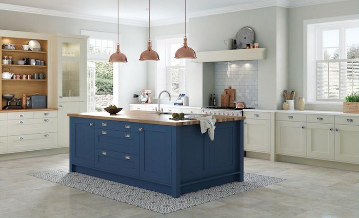 schöne küchen helles ambiente in der küche kontrast durch dunkelblaue kochinsel kücheninsel deko ideen