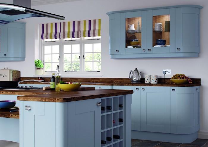 schöne küchen einrichtung blaues design gelbe schüssel bunte vorhänge in der küche braun-blaue-küche