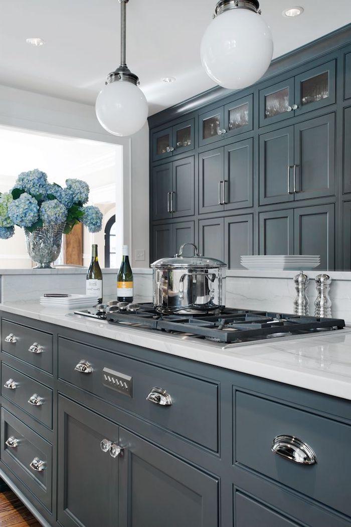 idea inspiration grau blaue möbel zu hause küche blaue blumen hyazinthien in einer vase