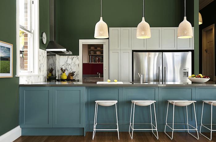 moderne küchen designen selber einrichten schöne ideen weiße lampen und stühle blaue möbel grüne wand