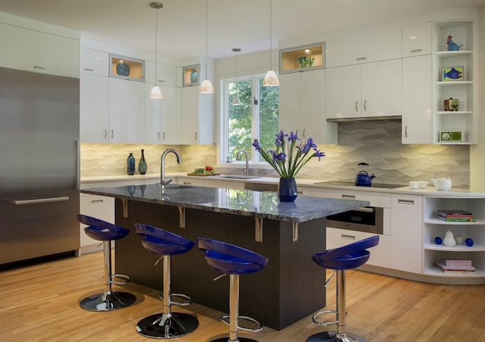 schöne küchen wenn sie die blaue farbe mögen aber nicht zu viel davon zu hause wollen blaue deko akzente stühle vase mit frischen blauen blumen schöne einrichtung zu hause