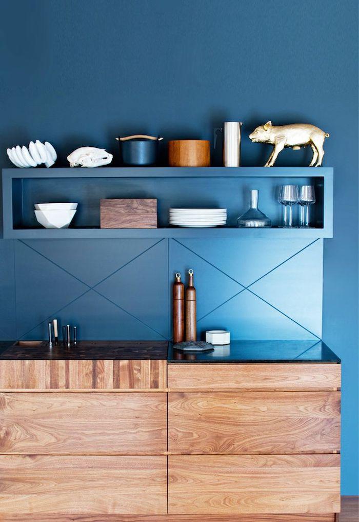 selbstgebaute küche küchendesign dessin in blau blaue wand wanddeko spüle schwein deko figur