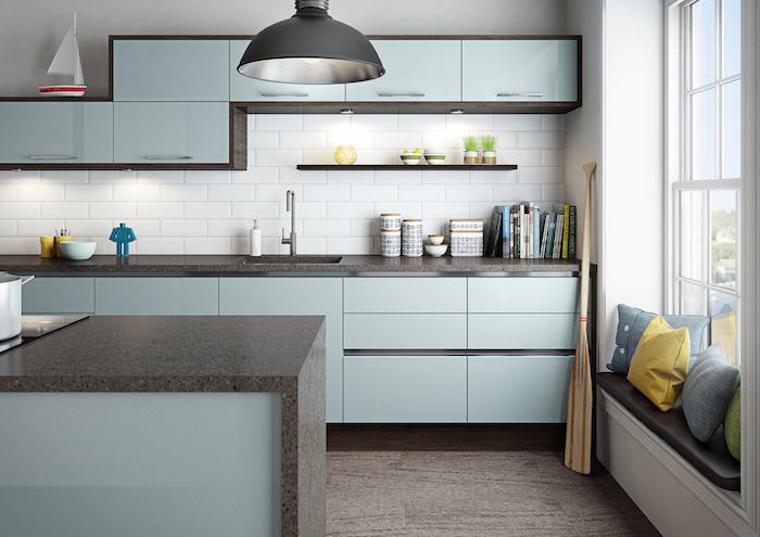 moderne küchen einrichten eine idee in grau und blau schöne küchendesigns kissen am fenster