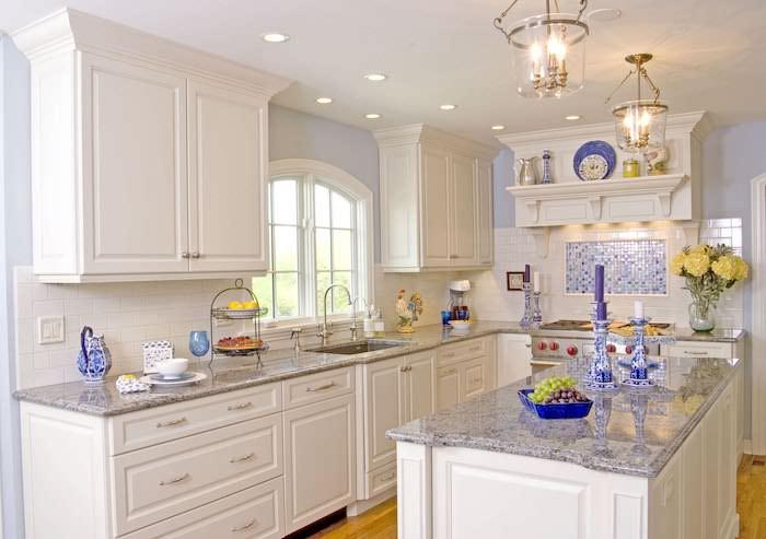 küche einrichten ideen in weiß weiße küche mit blauen akzenten und dekorationen