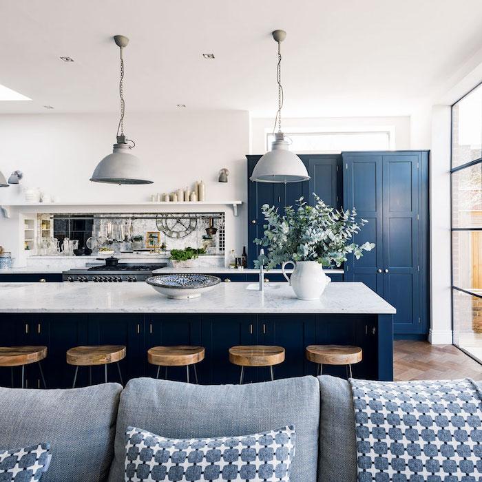 moderne küchen design zum inspirieren blaue schränke bar lampen vase deko