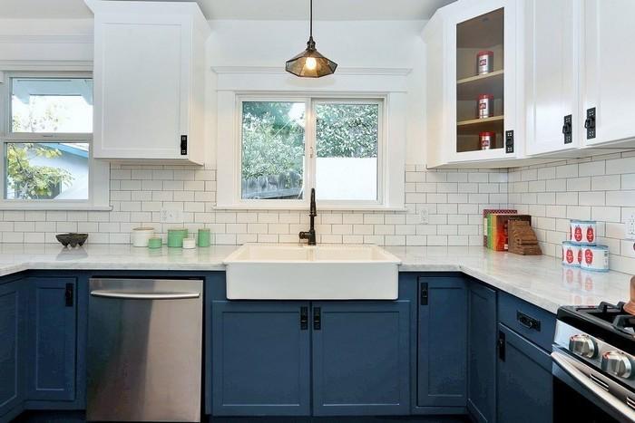 küche einrichten schönes küchendesign spülmaschine spüle becken schränke dunkelblaue einrichtung möbel
