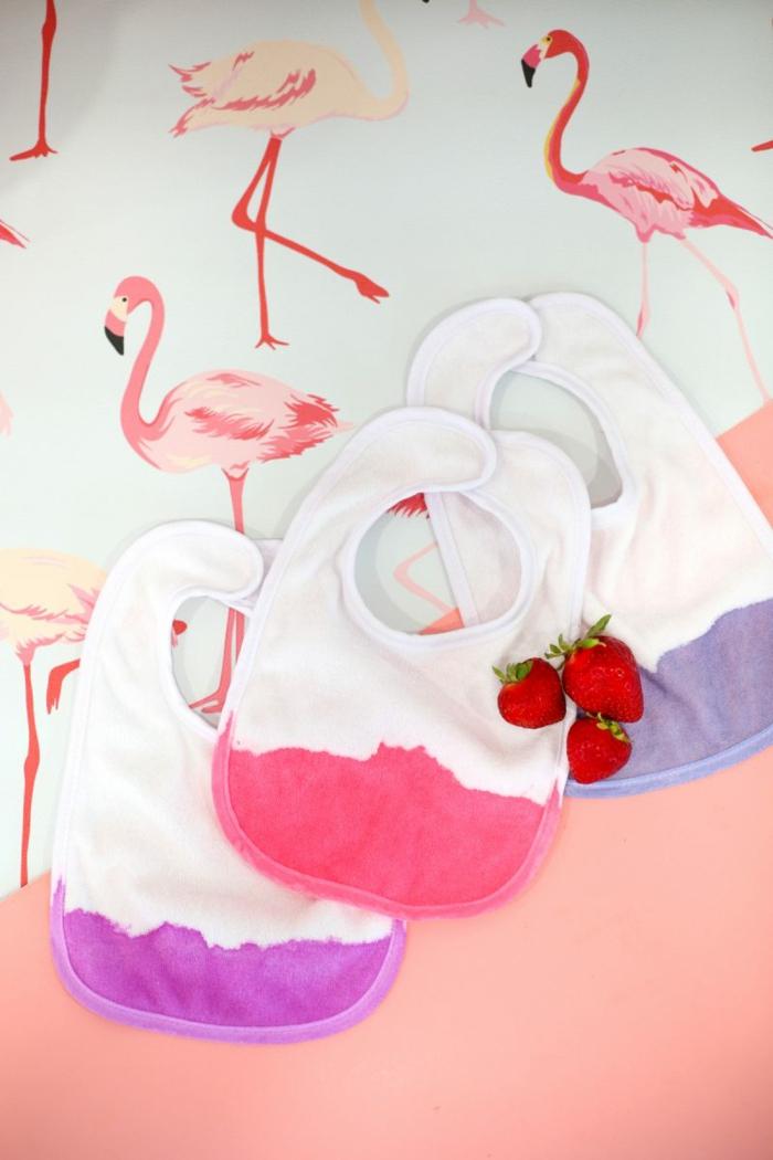 Lätzchen in zwei Nuancen, drei große Erdbeeren, rosa Hintergrund mit Flamingos, Geschenkideen zur Geburt