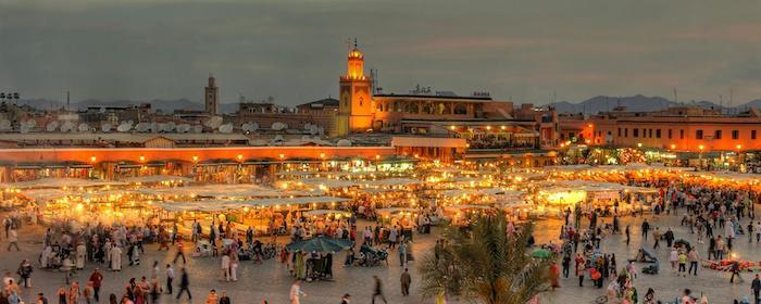hauptstadt von marokko schöne atmosphäre abendfoto markt stadtzentrum altstadt medina lichter touristen