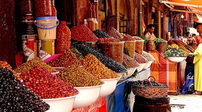 rabat marokko offener markt einkaufen gehen kräuter und süßigkeiten verhandlungen