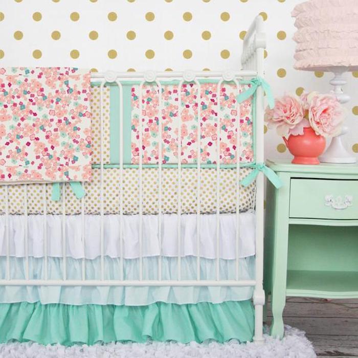 babyzimmer schön einrichten babybett in bunten farben grün blau rosa gepunktete muster schönes shabby design