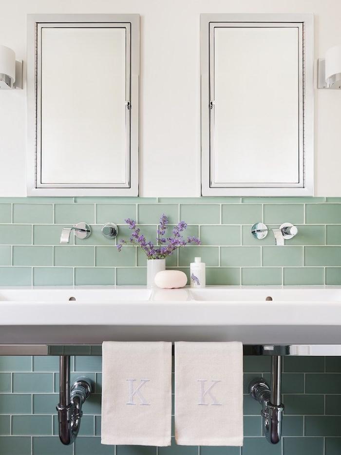 bad badezimmer mit zwei waschbecken blau grün und weiß die farben des wassers