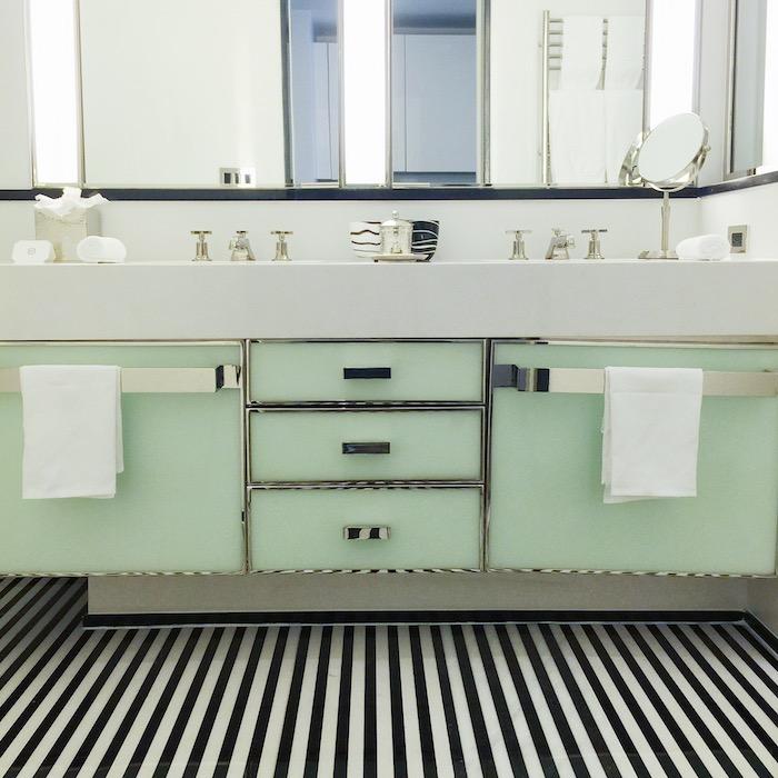 farbe mintgün in dem badezimmer bad waschbecken für zwei schubladen schränke tücher spiegel