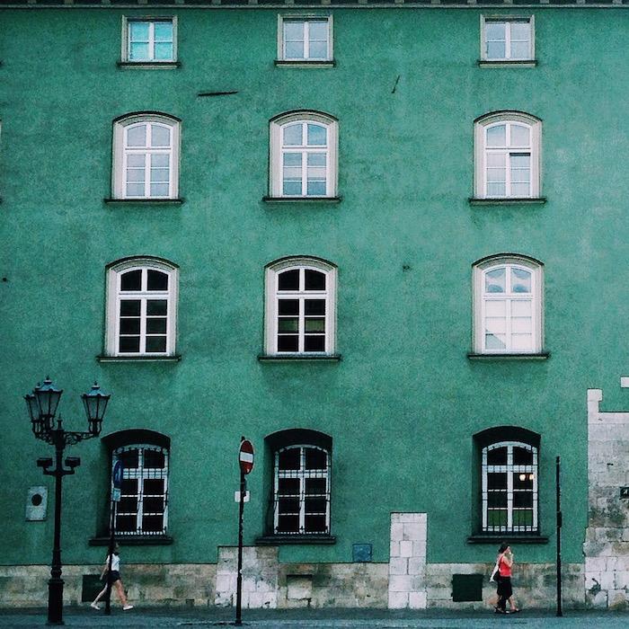 mint farbe gebäude in der großen stadt skandinavischen ländern schöne atmosphäre fenster leute