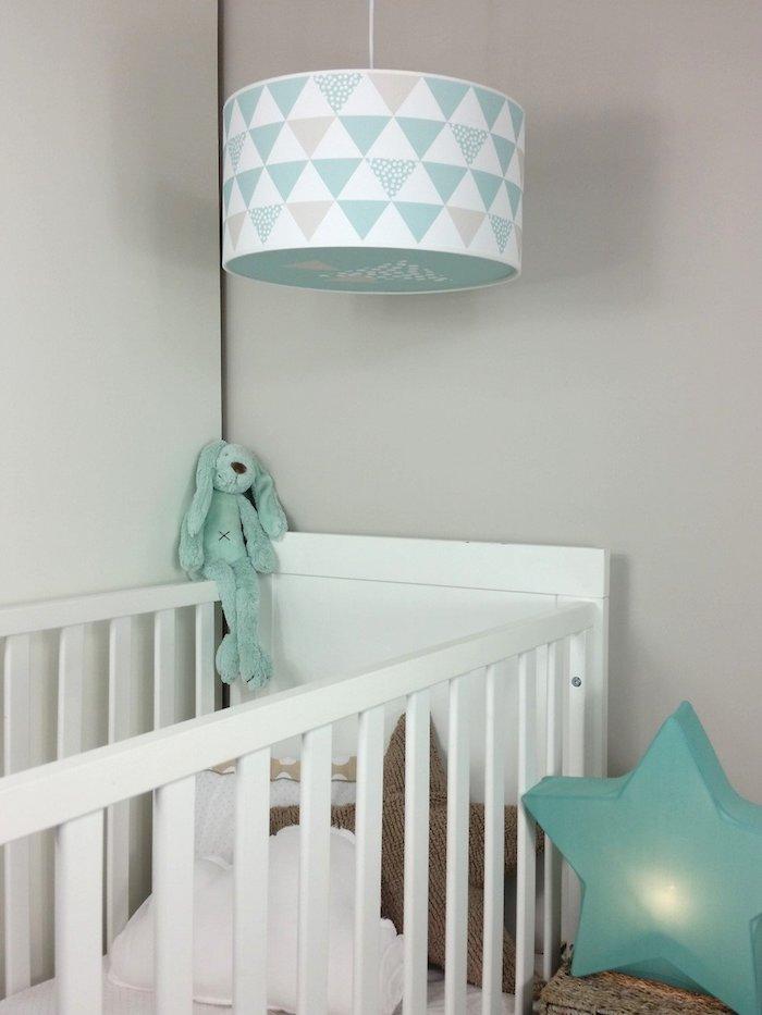 babyzimmer einrichtung ausstattung weißes babybett kuscheltier intgrün stern deko lampe frohe babys