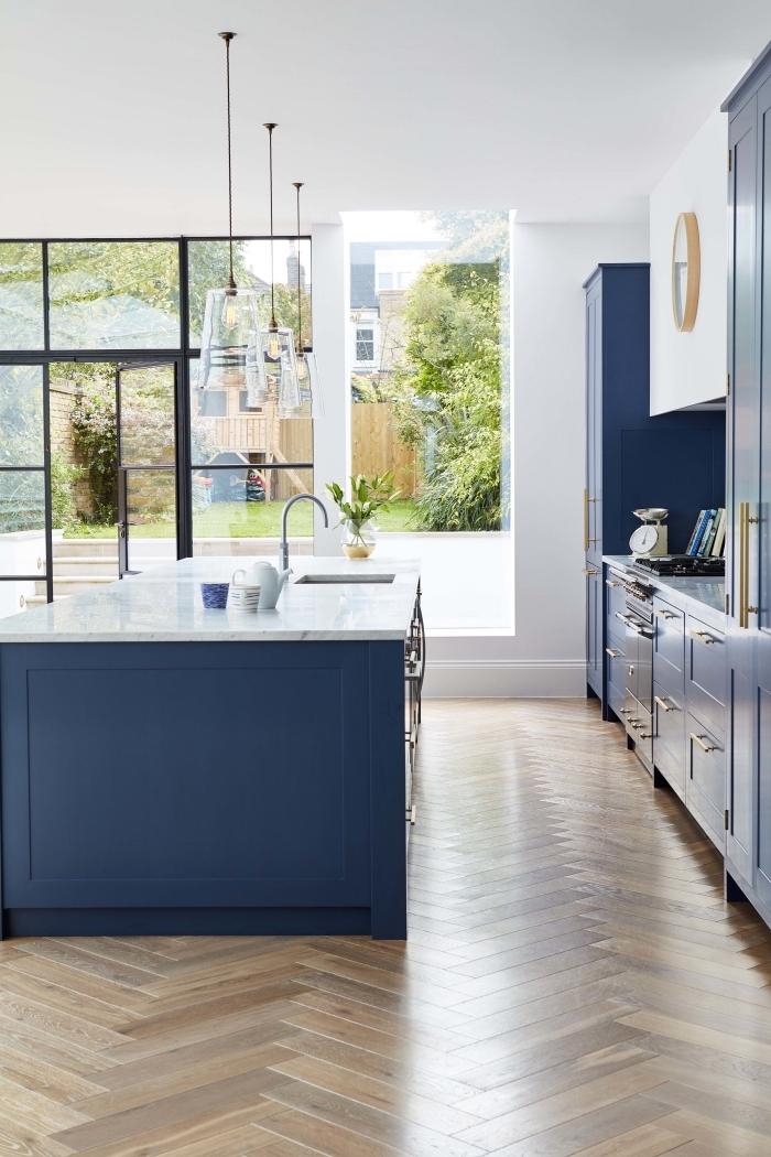 moderne küchen ideen, küchengestaltung in weiß und blau, boden aus holz, holzboden, parkett