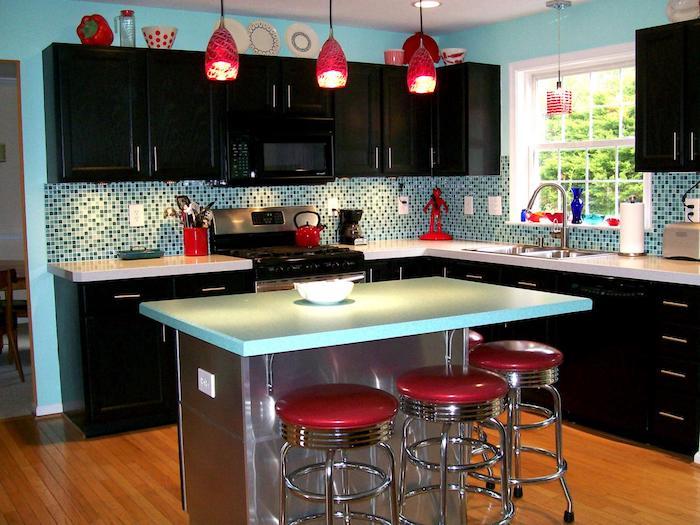 küche einrichten einzigaritge kontraste in der küche möbel in blau und rot rosarot gesättigt und türkis blau