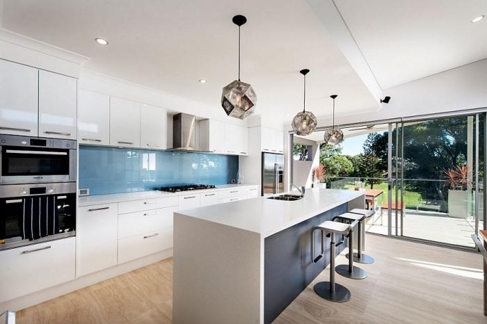 moderne küchen ideen, zimmer gestalten, kücheneinrichtung in blau und weiß, geometrische lampen