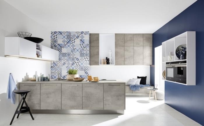 moderne küchen ideen, küchengestaltung in grau, weiß und dunkelblau, wanddeko mit mosaikfliesen