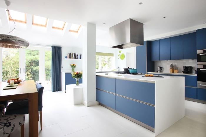 moderne küchen ideen, weiße wände, kpcheninsel mit unterschränke, küchengestaltung in wieß und blau