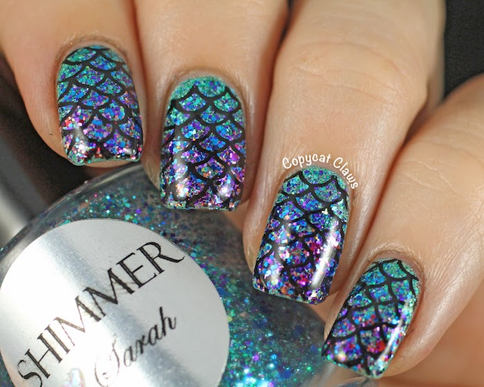nageldesign galerie meerjungfrau dekorationen auf den schönen nägeln blau lila grün schwarze linien nagelstämpel