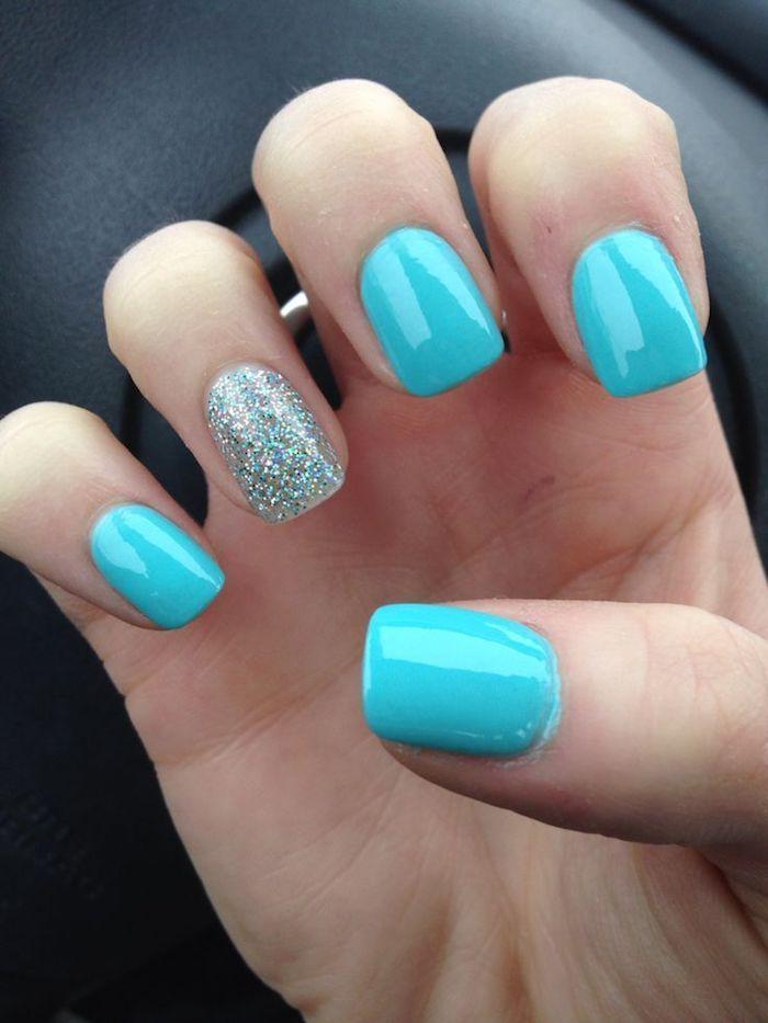 gel nägel design ideen in blau ein fingernägel wird nur mit glitzer lackiert blauer glitter kurze nägel schön gestalten