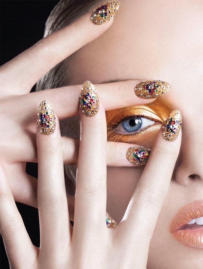 gelnägel galerie schöne fingernägel gelbes design model finger lang und mit schöner maniküre nageldesign mit steinen