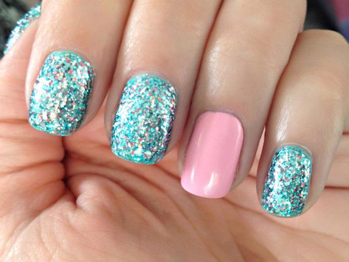 gelnägel french selber machen ein nagelin rosa lackieren und die anderen mit glitzer verzieren glänzenden nageldesigns