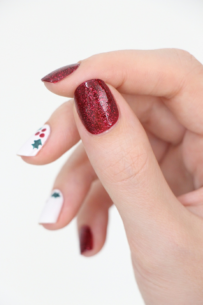 Idee für Winternägel, Mistel auf weißem Grund, roter Glitzer-Nagellack, ovale Nagelform