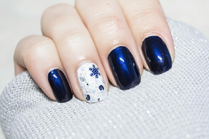 Winterliche Nägel, dunkelblaue Schneeflocken auf weißem Grund, dunkelblauer Nagellack, eckige Nagelform