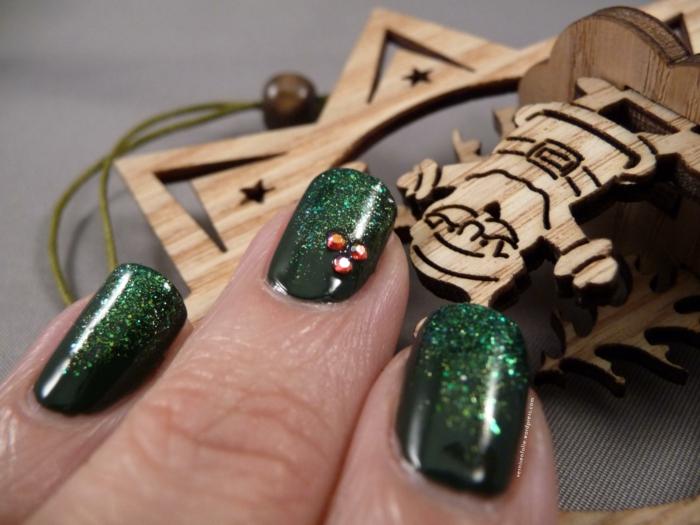 Silvester Nageldesign in Dunkelgrün, Glitzer-Nagellack, drei kleine Kristallen aufgeklebt, eckige Nagelform