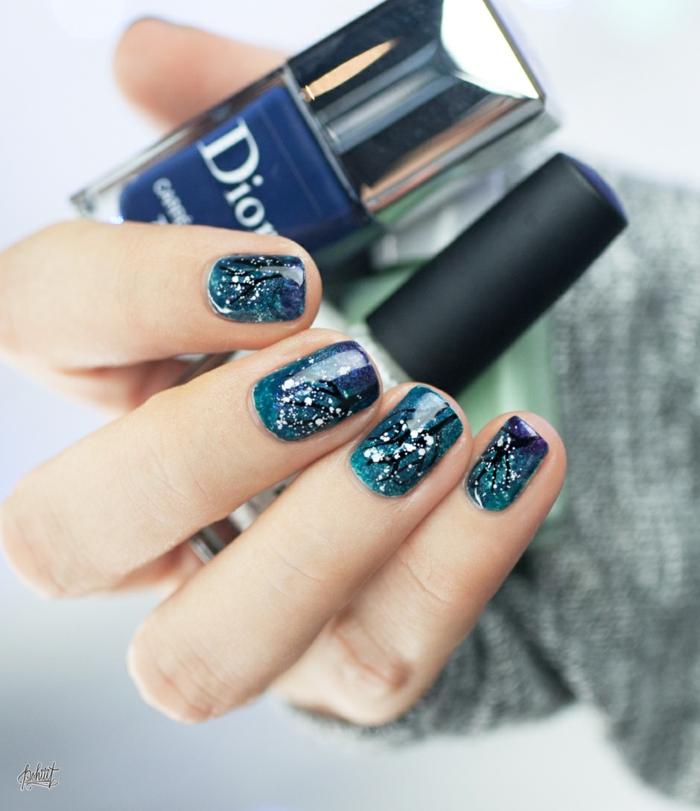 Idee für Winternägel, Winterbäume auf blauem Grund, ovale Nagelform, Weihnachtsnägel zum Nachstylen