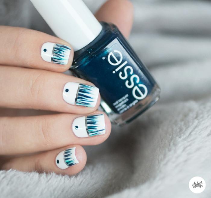 Winterliches Nageldesign in Weiß und Blau zum Nachstylen, eckige Nagelform, Idee für Silvester Nägel