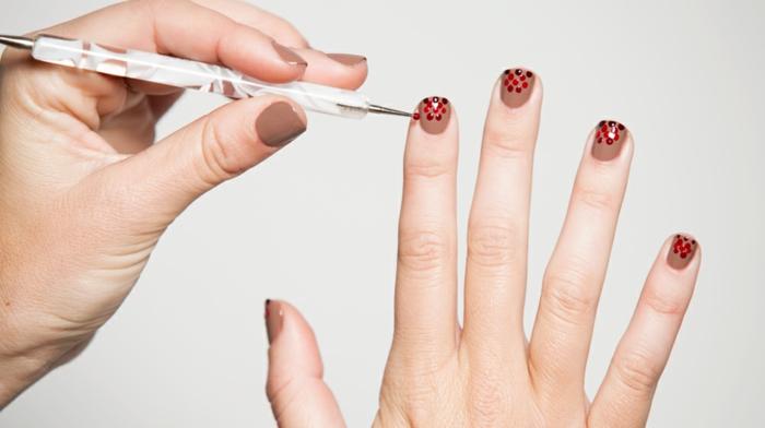 Bunte Punkte auf braunem Grund, einfach und schnell zum Nachstylen, ovale Nagelform