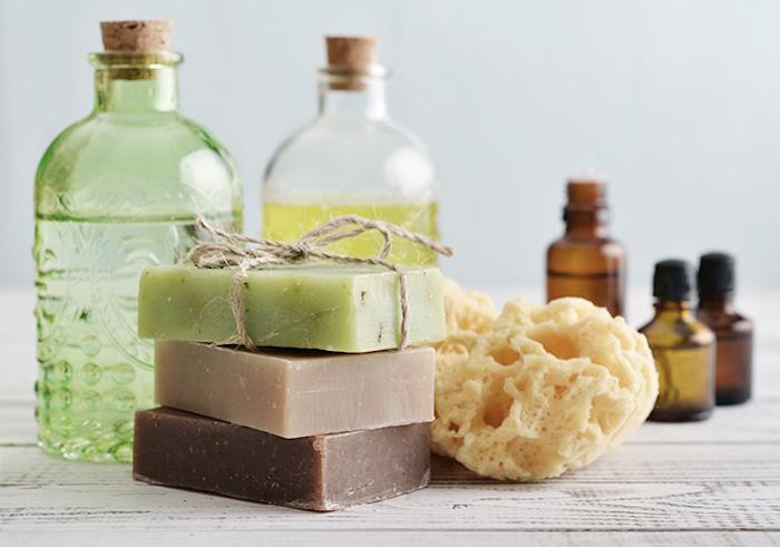 kosmetik ohne gefährliche inhaltsstoffe, seifen, ätherische öle und selbstgemachte duschgele