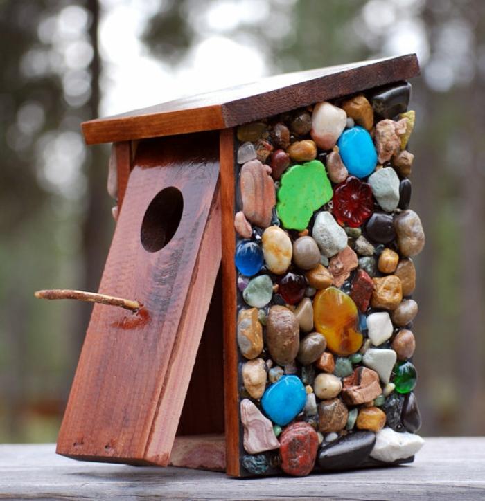 Nistkasten aus Holz mit bunten Dekosteinen bekleben, Vogelhäuschen und schöne Garten- oder Balkondekoration zugleich
