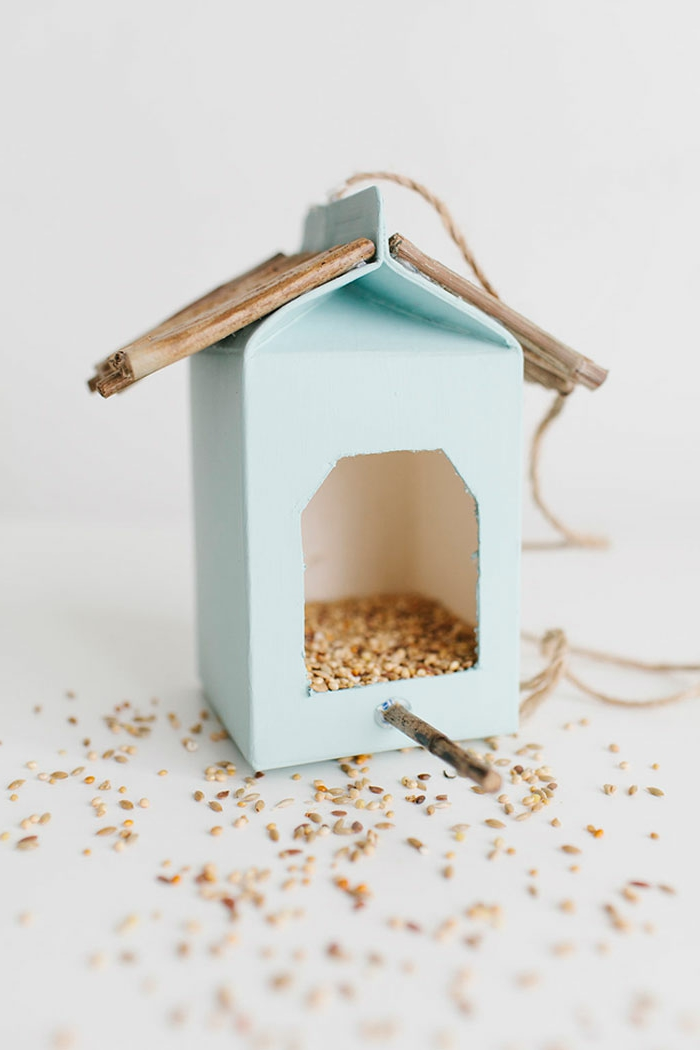 Nistkasten aus Milchkarton selber basteln, mit Samen befüllen, Stäbchen aufkleben, mit Faden aufhängen