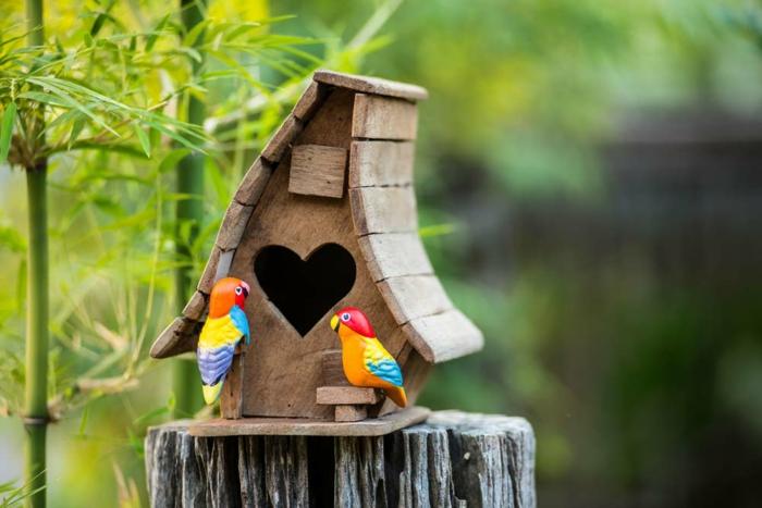 Nistkasten aus Holz,Fenster als Herz, zwei bunte Papageien aus Keramik, schöne Dekoration für Ihren Garten oder Balkon