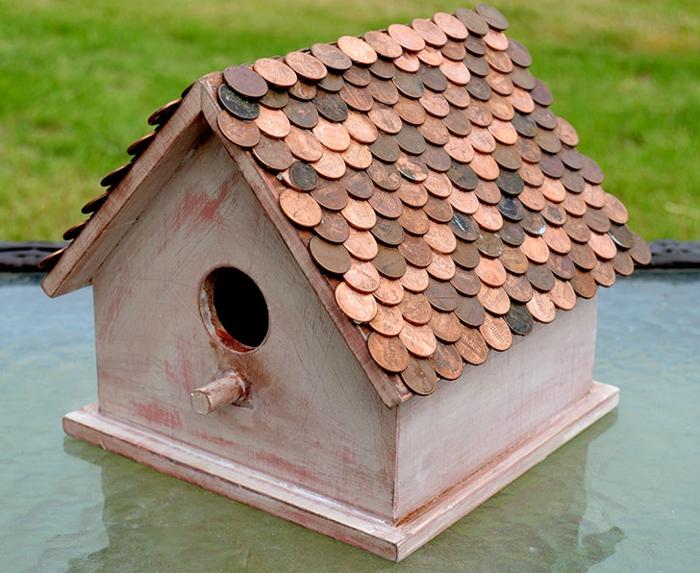Vogelhaus aus Holz selber machen, das Dach mit Münzen bekleben, DIY Projekte für Erwachsene
