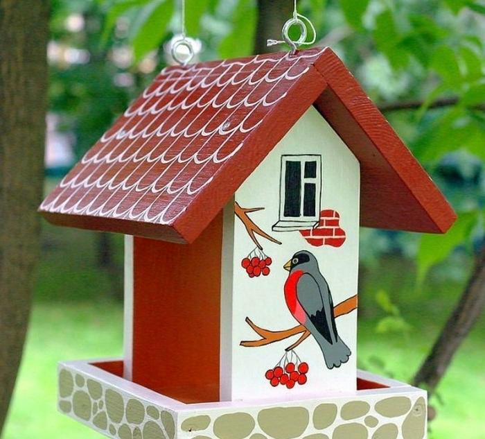 Nistkasten aus Holz, Fenster, Dachziegel und Vögelchen aufgezeichnet, tolle Dekoration für Ihren Garten