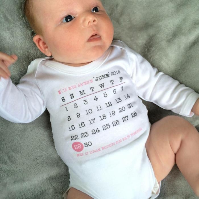 Babybody mit Kalender, das Geburtsdatum ist markiert, personalisiertes Geschenk zur Geburt