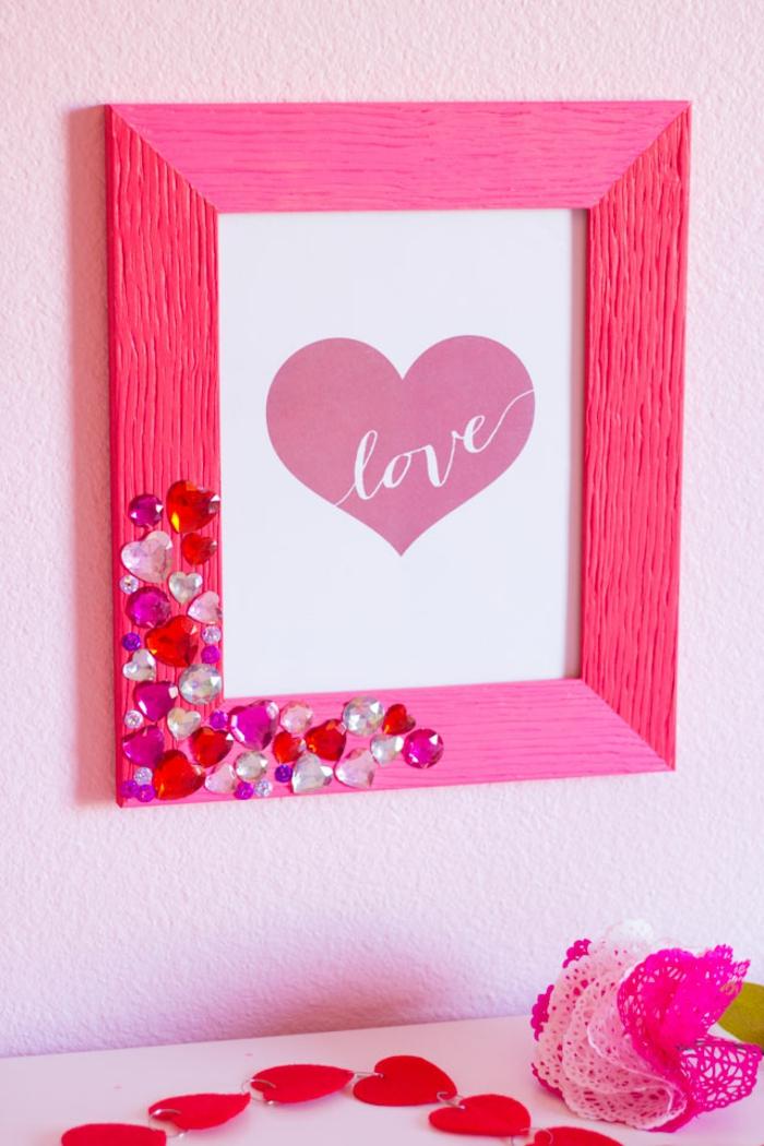 Selbsgemachter Fotorahmen, schöne Geschenkidee zur Geburt, mit kleinen Kristallen verziert, rosa bemalt