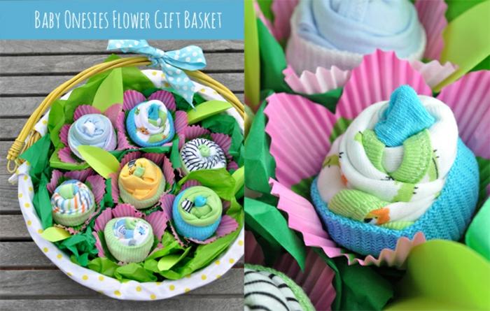 Korb voller Cupcakes aus Babysöckchen und Tüchern in vielfältigen Farben, mit großem Band verziert