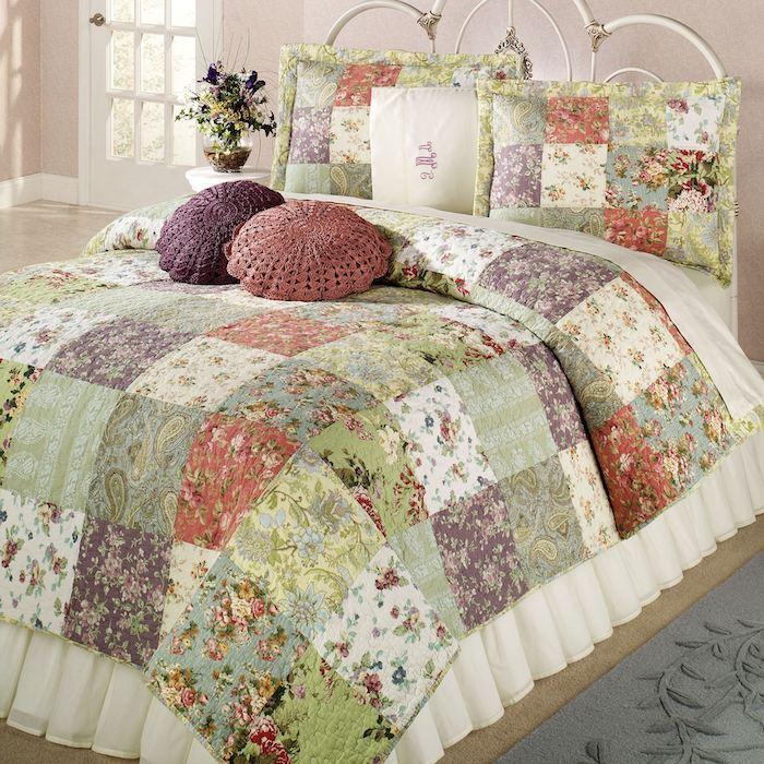 grune lila und weisse patchworkdecke nahen und kissen hakeln fur gemutliches ambiente